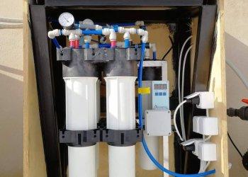 Διάταξη επεξεργασίας νερού με μονάδα αντίστροφης όσμωσης σε χώρο εστίασης στην Πάτμο.