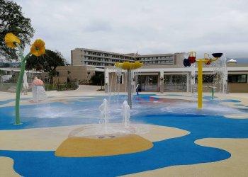 Παιδικό πάρκο νερού με εγκατεστημένη διάταξη Pool Guard σε ξενοδοχειακό συγκρότημα στην Κέρκυρα.