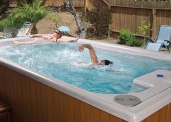 Διάταξη Triple Action εγκατεστημένη σε δεξαμενή αντίθετης κολύμβησης σε συγκρότημα κατοικιών.