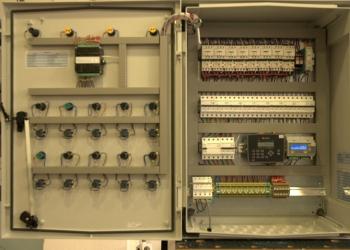 Εσωτερική όψη κεντρικού πίνακα αυτόματης μονάδας ελέγχου.