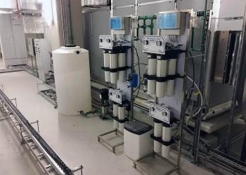 Διπλή διάταξη αντίστροφης όσμωσης Commercial Combo 1 60( παραγωγή 320 lt/ ώρα) με επιτηρητές λειτουργίας Water guard για παραγωγή απιονισμένου νερού.